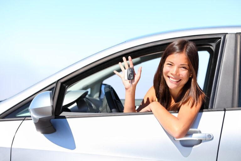 Fahrschülerin glücklich nach Fahrprüfung